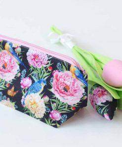 несесер и текстилни цветя