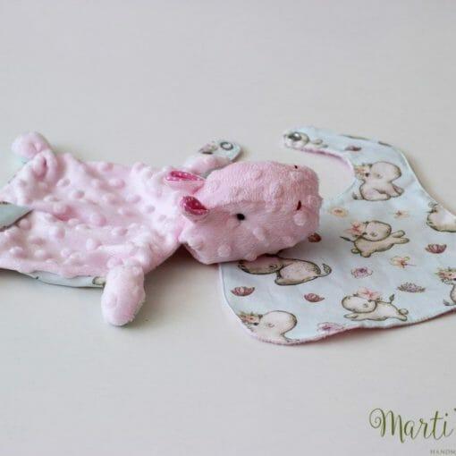 Мека играчка в розово, ръчно направена, с подарък лигавник в същия десен