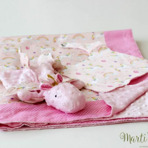 розово одеалце с играчка за новородено бебе момиче