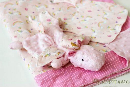 Розово одеалце с играчка - на еднорози
