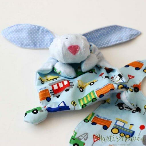 бебе играчка в синьо, на коли