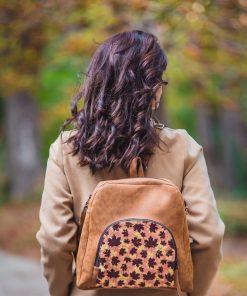 Марти от Marti's Heaven с чанта - есенни листа - гръб